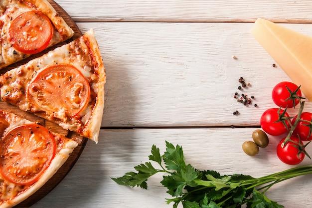 新鮮でおいしいイタリアンピザ。ファーストフードの背景