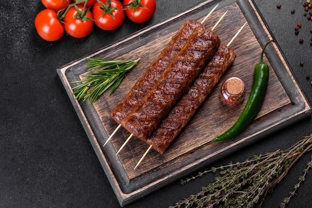 スパイスとハーブで焼いた新鮮でおいしいケバブ。焼き肉料理