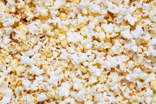 Свежий вкусный солёный попкорн как предпосылка или текстура еды.