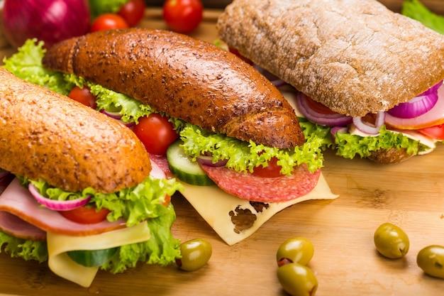 나무 배경에 신선한 맛있는 샌드위치