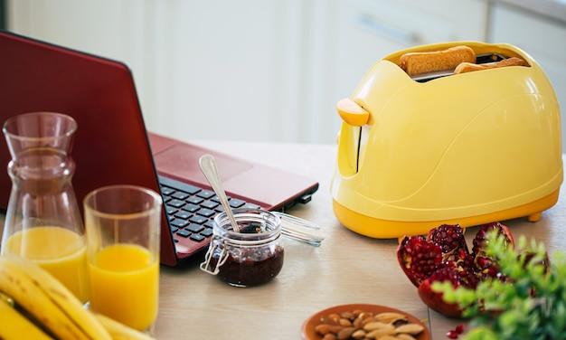 집에서 아름다운 식탁에 노란색 토스터에서 신선한 맛있는 토스트 조각