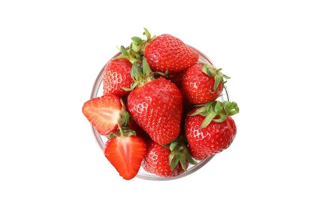白い表面に分離された新鮮なおいしいイチゴ