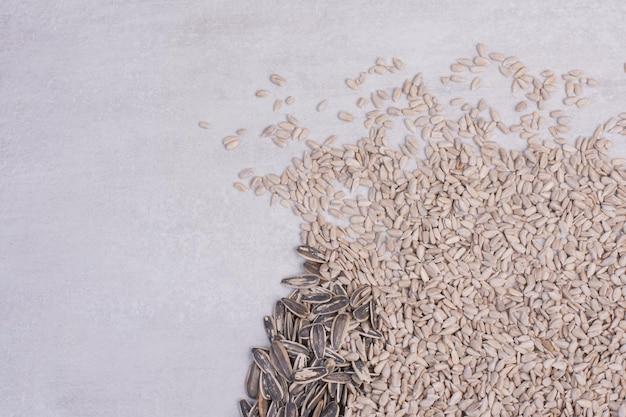 Semi di girasole freschi e gustosi sul tavolo bianco