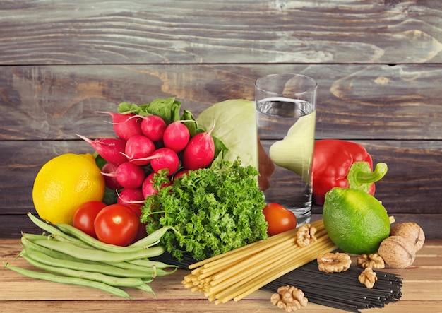 背景に水と新鮮なおいしい野菜