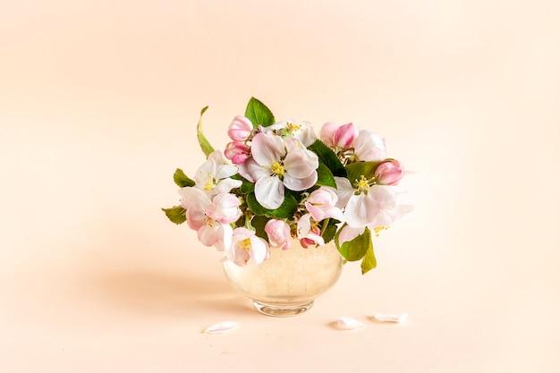 Свежие нежные цветы яблони в стеклянной вазе, концепция дня матери