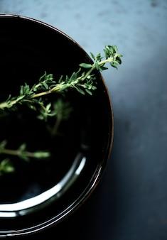 Свежая трава тимьяна на блюдо