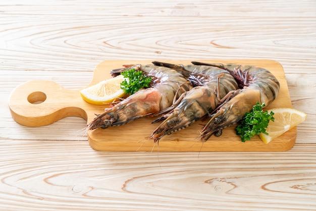 Свежие тигровые креветки или креветки на деревянной доске