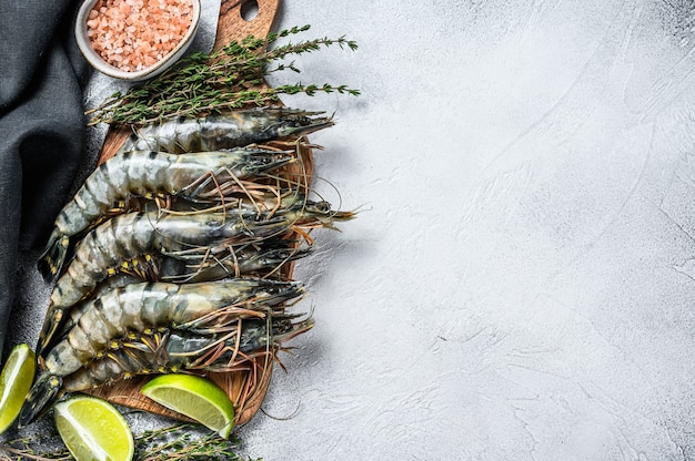 Свежие тигровые креветки, креветки со специями и зеленью