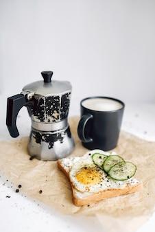 Завтрак из свежих тостов с жареным яйцом и свежесваренным кофе