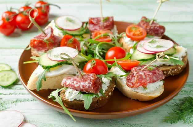 カッテージチーズの卵大根きゅうりサラミチェリートマトとルッコラのフレッシュトーストサンドイッチ