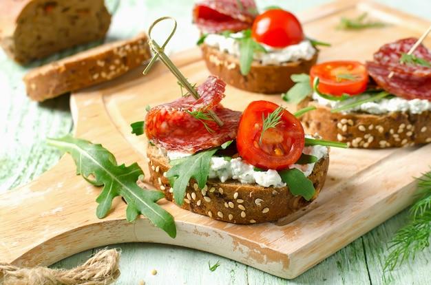 カッテージチーズサラミチェリートマトとルッコラのフレッシュトーストサンドイッチ