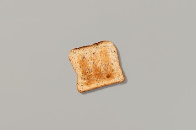 Свежий поджаренный хлеб на сером фоне, плоская планировка, вид сверху