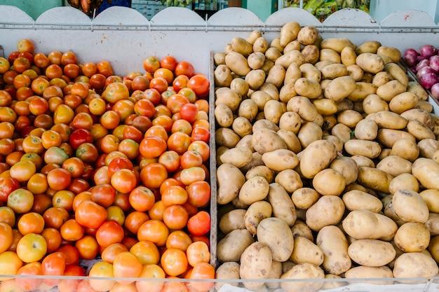 Свежие помидоры и картофель на рынке
