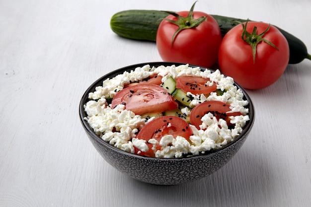 Свежие помидоры, огурцы, творог и салат из черного тмина