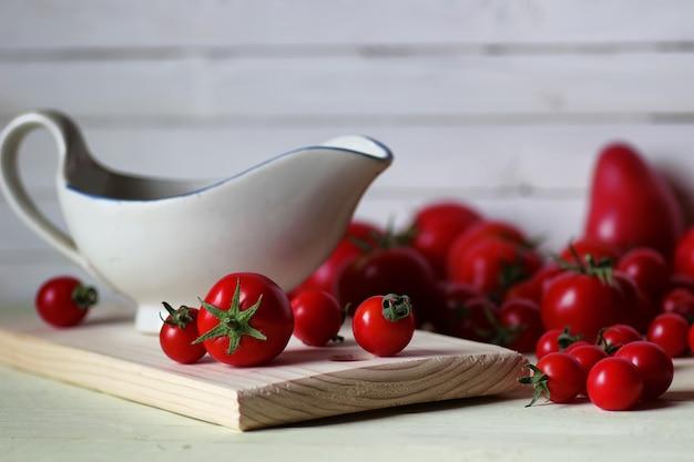 木製の背景にケチャップのフレッシュトマト