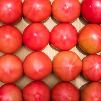Свежий помидор в коробке. идеи концепции органических фруктовых продуктов