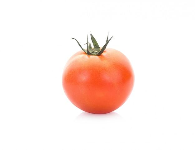 Свежий помидор на белом фоне