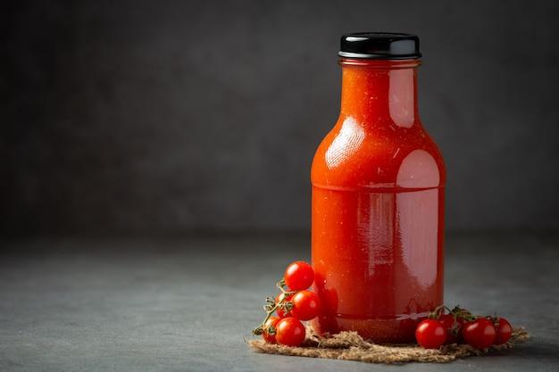 Свежий томатный сок готов к подаче
