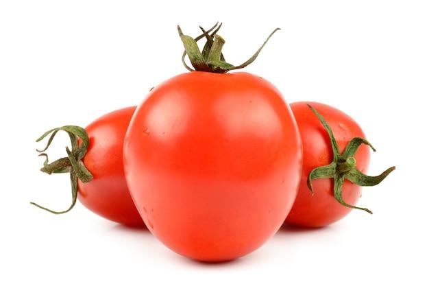 Свежий помидор на белом