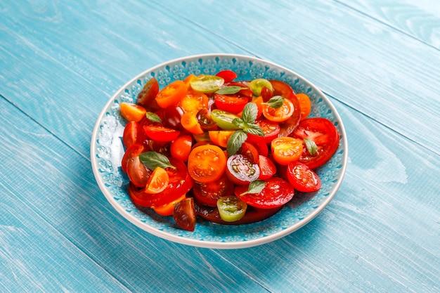 바질과 신선한 토마토 샐러드.