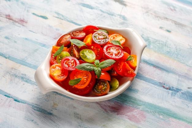 Insalata di pomodori freschi con basilico.