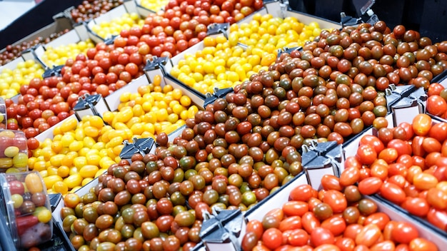 市場でのフレッシュトマト野菜