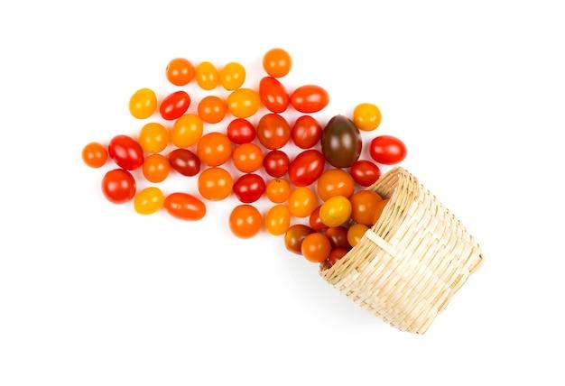 필드에서 신선한 토마토, 흰색 배경에 바구니에 배치.