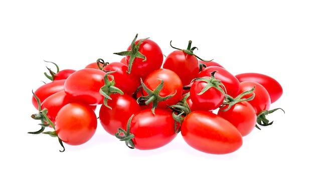 Свежие помидоры, изолированные на белом фоне