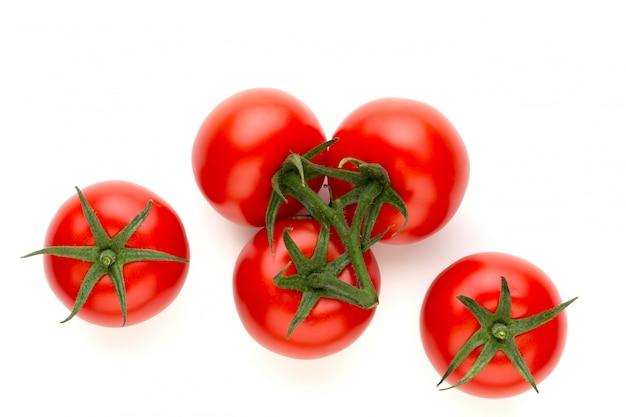 Свежие помидоры, изолированные на белом.