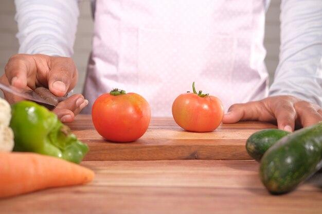 Свежие помидоры на разделочной доске