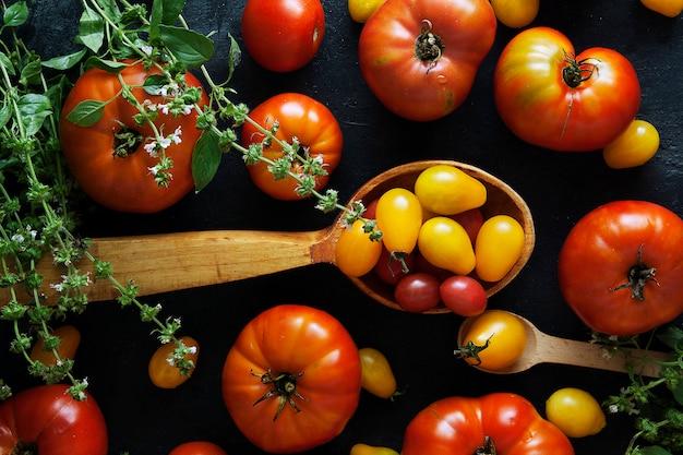 Свежие помидоры на темной бетонной поверхности