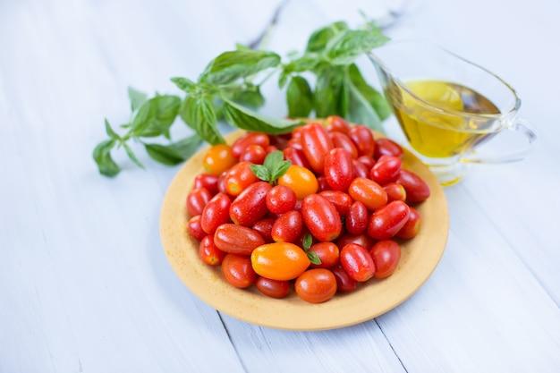 皿の上の新鮮なトマト。健康的な食事のコンセプトです。ダイエット。