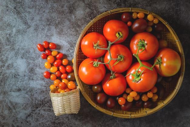 Свежие помидоры на деревянном столе. собранные фермерами для обработки томатной соли.