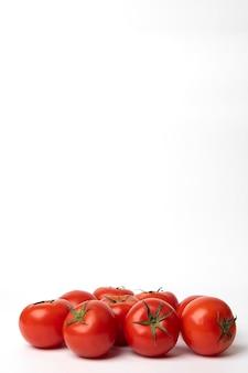흰색 표면에 신선한 토마토