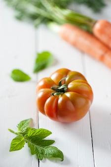 나무 배경에 신선한 토마토