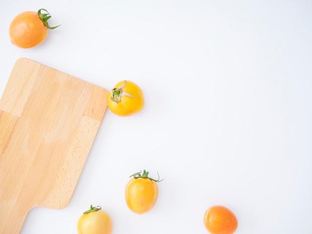 木製のまな板で新鮮なトマト。