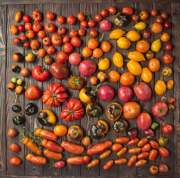 木製のテーブルの上のフレッシュトマトをクローズアップ