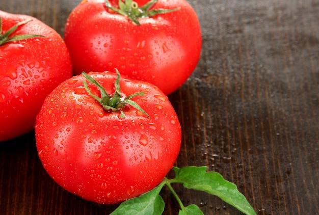 나무 테이블에 신선한 토마토
