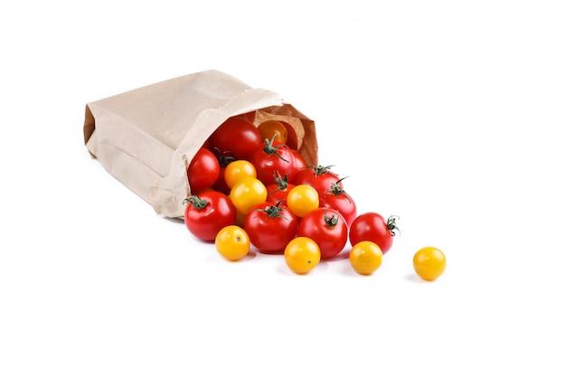 白い表面の紙箱に詰められた新鮮なトマト