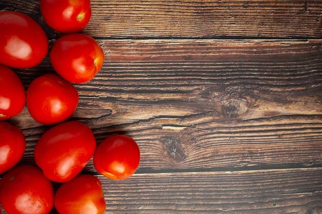 Свежие помидоры готовы к приготовлению