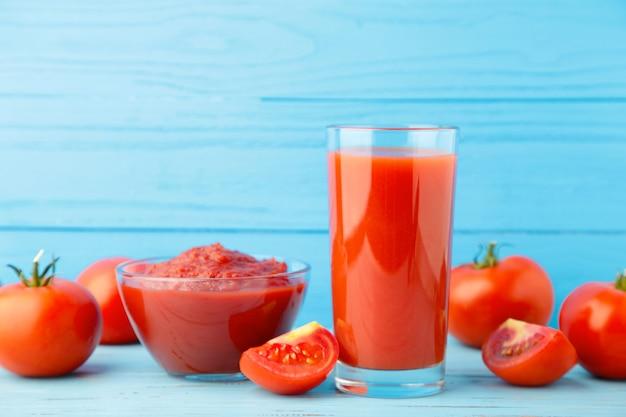 페이스트와 주스를 곁들인 신선한 토마토