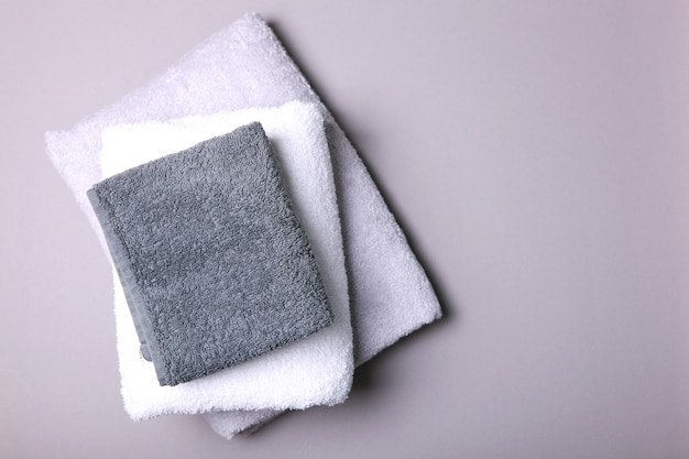 텍스트 위쪽 보기를 위한 장소가 있는 컬러 배경의 신선한 수건