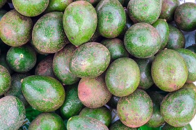 新鮮な熱帯のアボカドの果実は、背景に良いクローズアップ