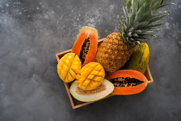 トレイの新鮮なトロピカルフルーツ、上面図