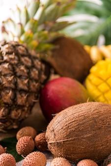 나무 꼭대기에 있는 신선한 열대 과일. 바나나, 파인애플, 코코넛, 망고, 열매, 밤. 톤.