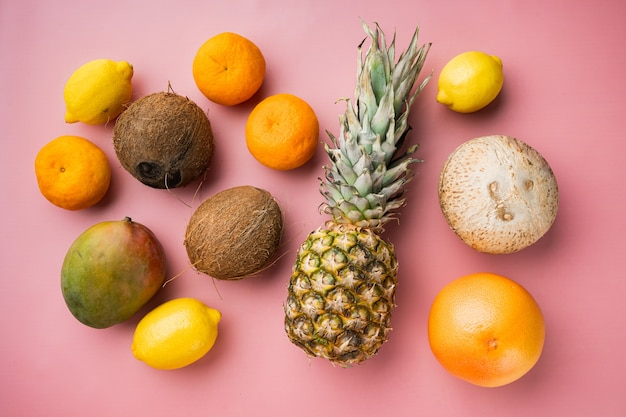 신선한 열대 과일 세트, 분홍색 질감 여름 배경, 평면도 평면 누워