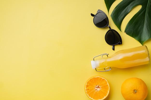 노란색 질감 여름 배경에 신선한 열대 과일 세트, 상위 뷰 평면 누워, 텍스트 복사 공간