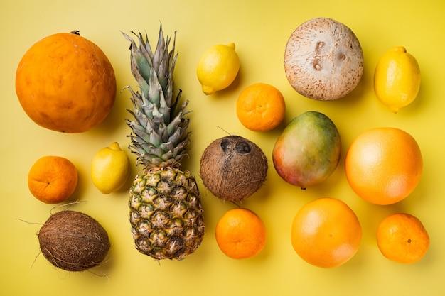 노란색 질감 여름 배경에 신선한 열대 과일 세트, 평면도 평면 누워