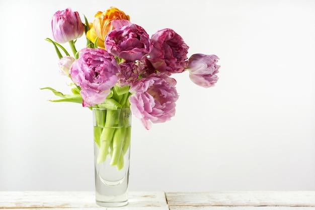 Букет из свежих тюльпанов в чашке