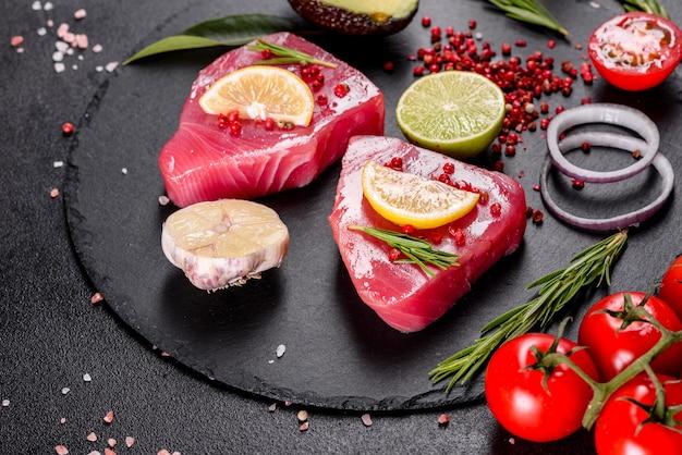 黒のスパイスとハーブの新鮮なマグロの切り身ステーキ。
